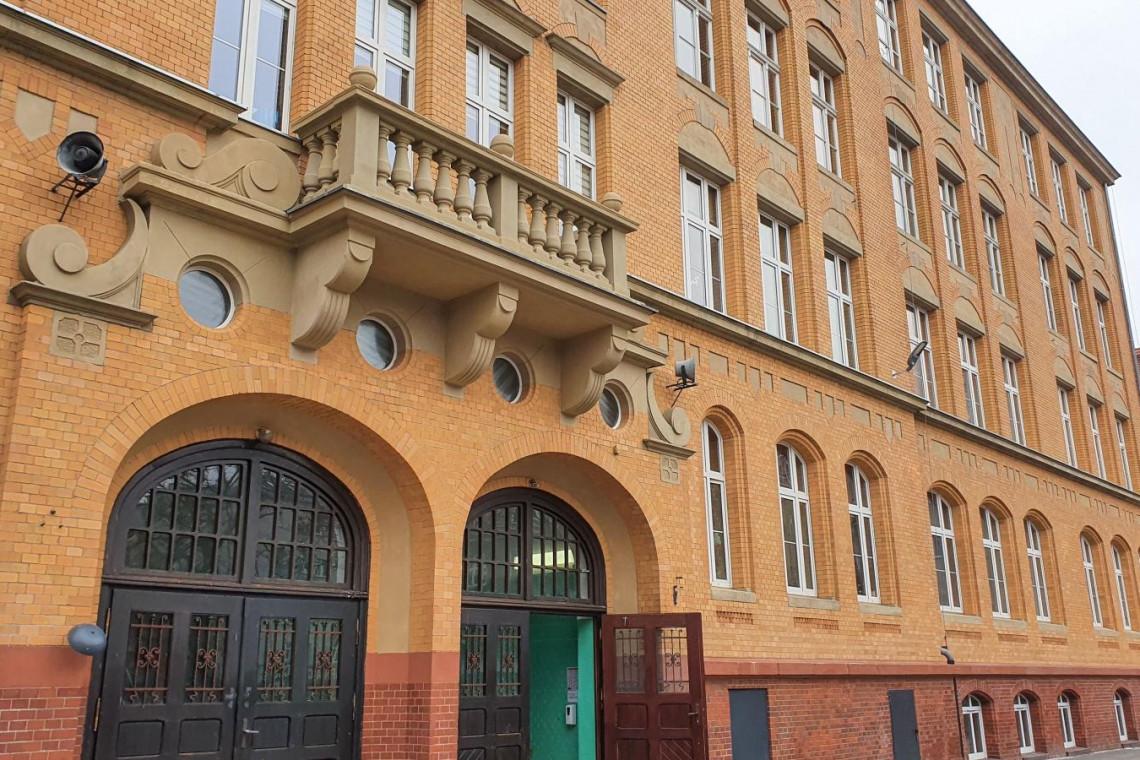 Zabytkowa szkoła w Poznaniu z odnowioną elewacją