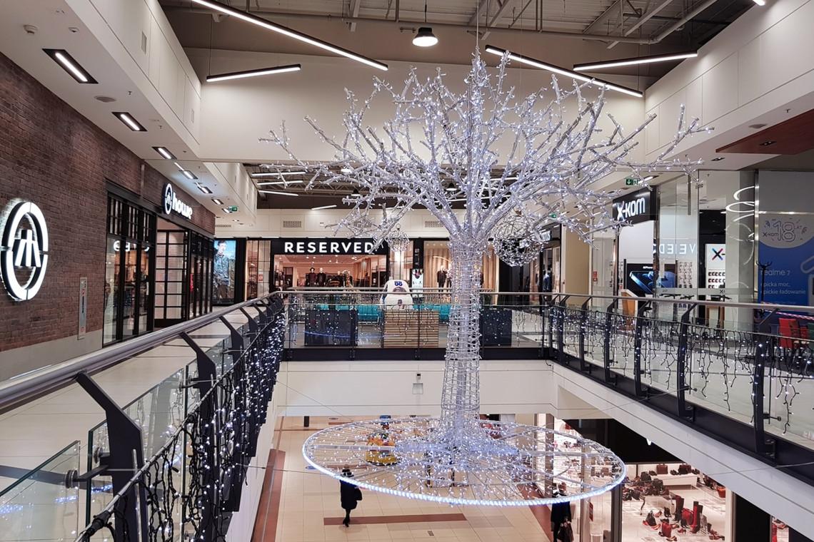 Ponad 100 olbrzymich ozdób LED-owych rozświetla Galerię Jurajską