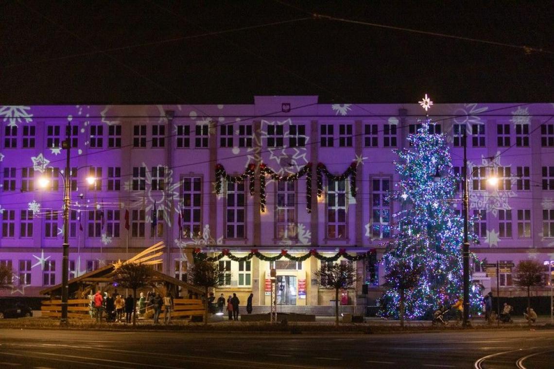 Świąteczne dekoracje przed urzędem w Toruniu