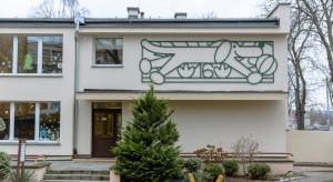 Urokliwa metaloplastyka na fasadzie gdyńskiego przedszkola