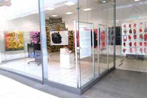 Witryna w centrum handlowym przemieniła się w galerię sztuki