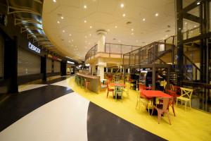 Kolory roku 2021 w przestrzeniach publicznych i komercyjnych: postaw na posadzki żywiczne