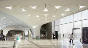 """Na stacji metra w Katarze zbudowali """"sufit z płatków"""""""