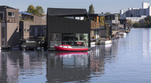Pływające zrównoważone osiedle. Tak w Amsterdamie zrewitalizowano opuszczony kanał