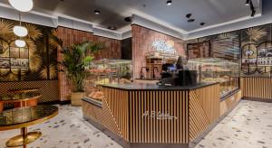 Palmy, złoto i drewno: klimatyczna kawiarnia koncepcji LSD.Studio