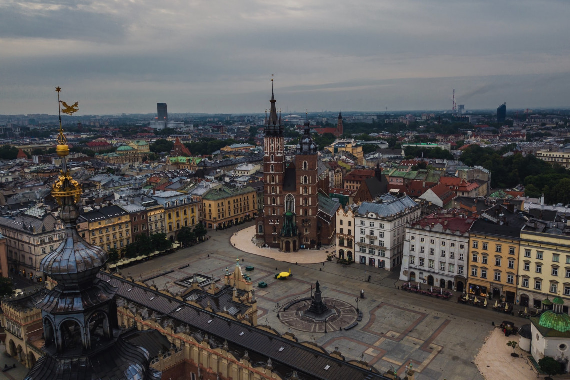 Co ukształtowało Rynek Główny w Krakowie?