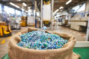 Butelki PET przetwarzają na... akcesoria do sprzątania