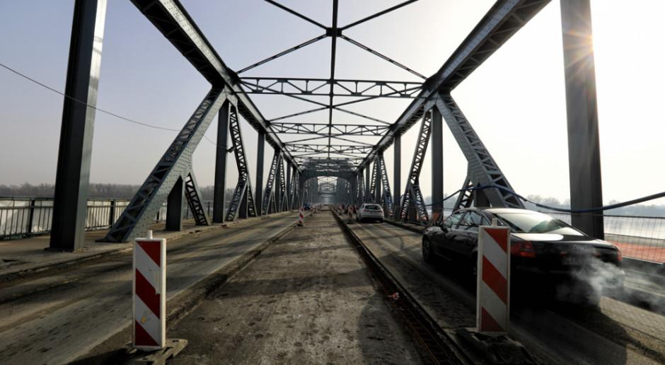 Kompozytowy chodnik na moście w Toruniu. Trwają prace budowlane