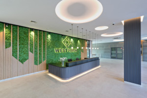 Zieleń i drewno zdominowały odświeżone lobby wrocławskiego biurowca