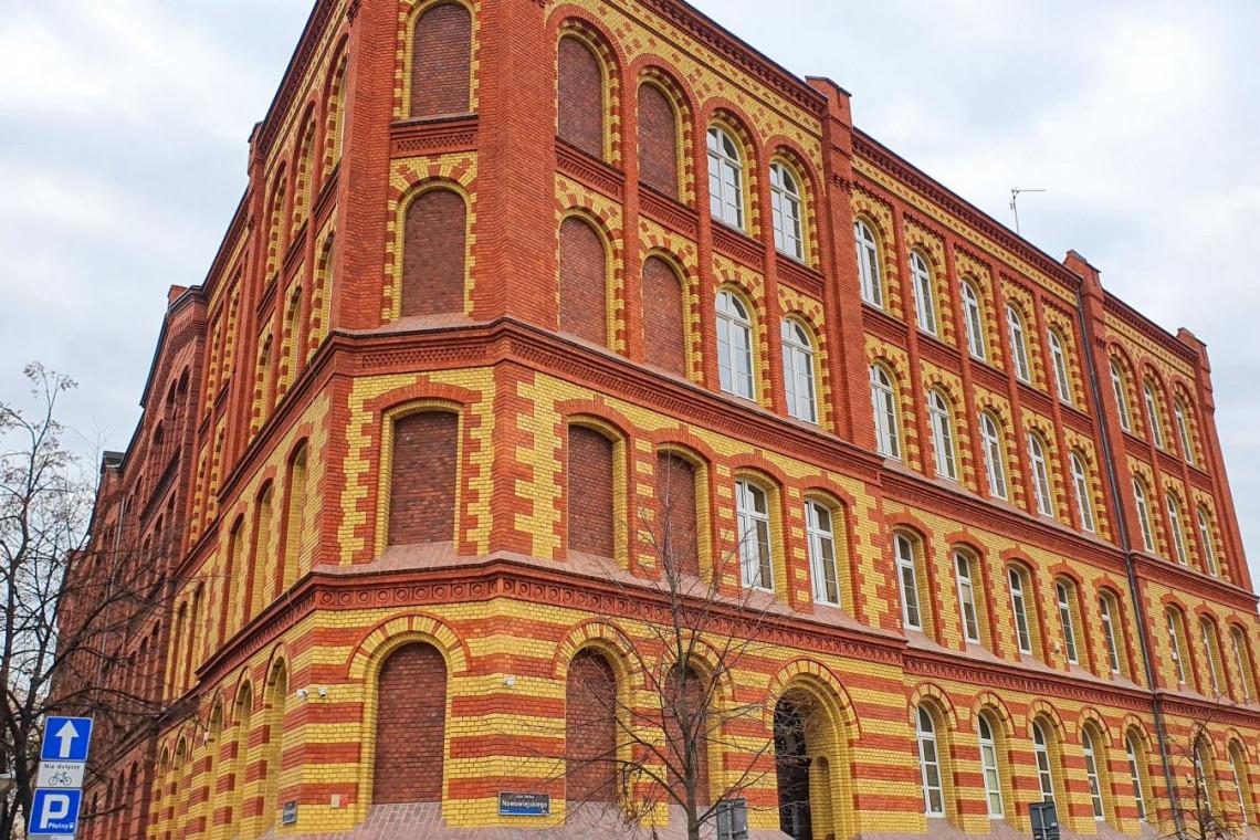 Zabytkowy budynek szkoły w Poznaniu odzyskuje blask. Pora na remont dachu