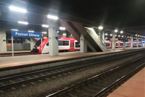 Ekologiczne oświetlenie rozświetla perony kolejowe