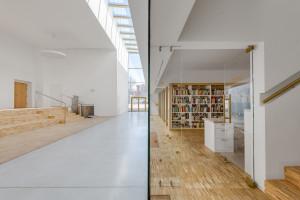 Biblioteka w Głuchołazach: prosta forma spod kreski Małgorzaty Pizio-Domisz i Antoniego Domicza