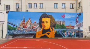 """Wrocławskie liceum z """"oddychającym"""" Mickiewiczem na ścianie"""