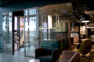 Producent designerskich okapów z nowym showroomem w Warszawie. To projekt JMW Architekci