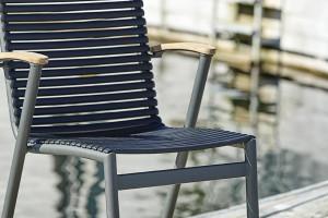 Krzesła z sieci rybackich: sposób skandynawskiej marki na recykling
