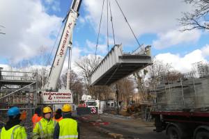 """Kolejowy """"recykling"""": na wiadukcie w Wojkowicach zainstalowano przęsło z dawnego mostu w Krakowie"""