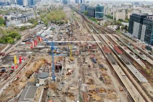 Budowa stacji Warszawa Zachodnia. Nad torami sunie kładka