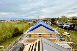 Zawisła wiecha na prefabrykowanym osiedlu w Choroszczy