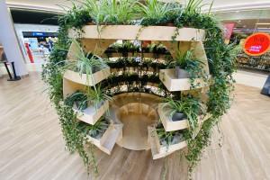 Duńskie studio Space10 i IKEA stworzyli ogrody wertykalne we wrocławskim centrum handlowym
