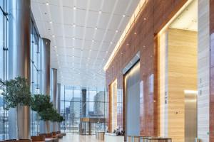 Case study: harmonia sufitów i podłóg w Mennica Legacy Tower