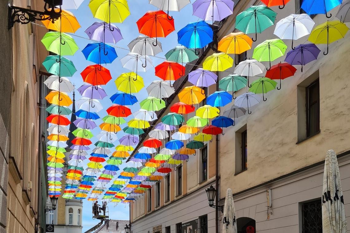 Kolorowe parasolki zawisły nad ulicą w centrum Pszczyny