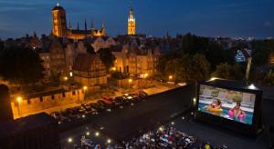 Ruszyło kino plenerowe z widokiem na dachy gdańskich kamienic
