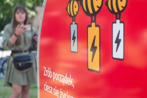 Łódź uczy się budować miejskie ule z elektrośmieci po recyklingu