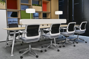 Stoły coworkingowe: odpowiedź na nowy model pracy w biurach