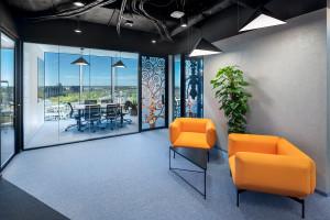 Oszczędna elegancja według Massive Design. Oto biuro firmy GrECo w The Warsaw HUB