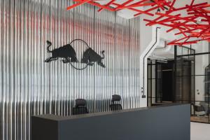 Biuro, które dodaje skrzydeł. Tak pracuje załoga Red Bulla w Forcie Mokotów!