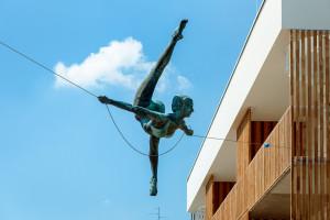 Wisząca rzeźba Jerzego Kędziory we Wrocławiu