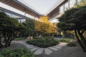 Szklany biurowiec w zgodzie z naturą. To projekt Konior Studio