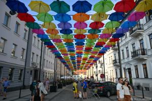 Parasolki w Białymstoku. Letnia dekoracja ulicy przyciąga uwagę!