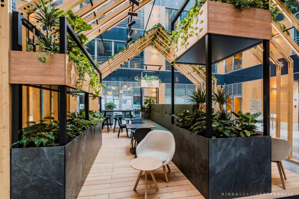 Moda na zieleń w przestrzeniach biurowych nie słabnie. Tak wygląda zielone lobby Marynarska Point 2