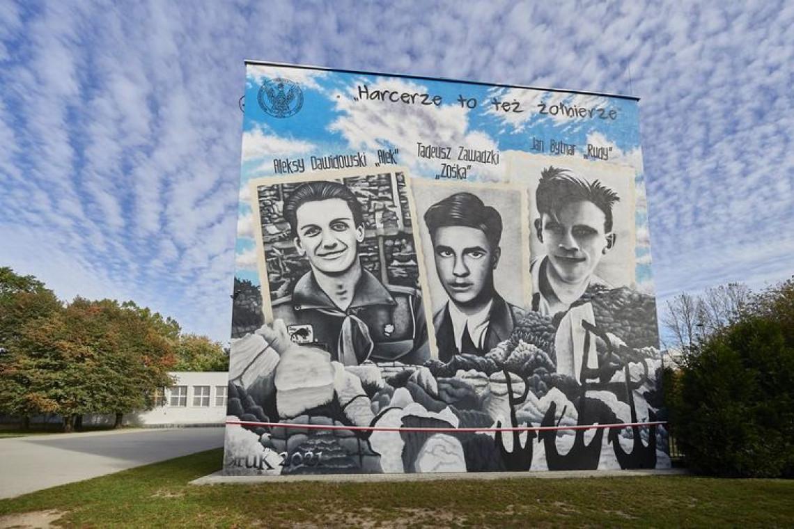 """Mural """"Harcerze to też żołnierze"""" na budynku łódzkiej szkoły"""