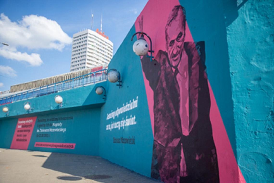 Tak wygląda mural z Tadeuszem Mazowieckim przy metrze Centrum
