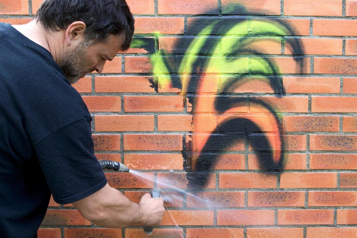 Jak uporać sobie z nieestetycznym graffitti?