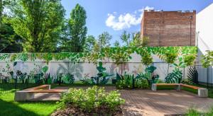 Zielono na warszawskiej Pradze. Inspirowany naturą mural zwieńczył nowoczesną kamienicę