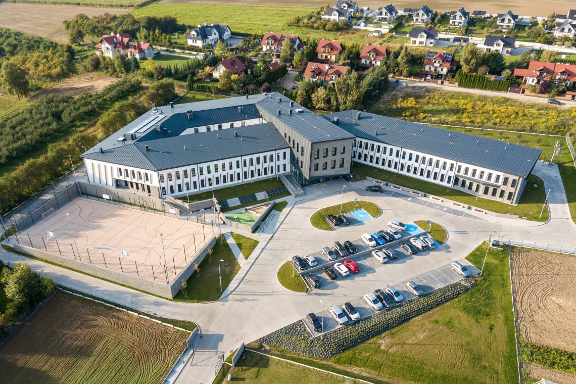 Na trudnym architektonicznie terenie powstała nowoczesna szkoła