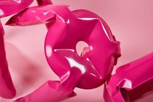 Różowa odsłona kultowego stołka Oskara Zięty