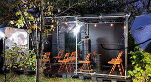 Architekt stworzył industrialne kino... w ogrodzie