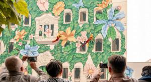 Łódzką kamienicę ozdobił inspirowany przyrodą mural